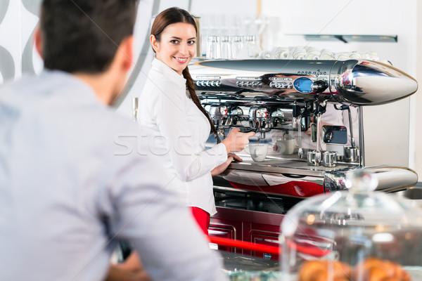 Aantrekkelijk serveerster glimlachend mannelijke klant espresso Stockfoto © Kzenon