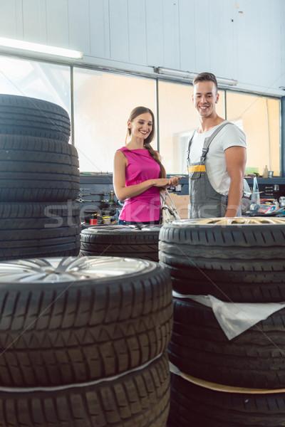 élégant mécanicien automobile aider client choisir Photo stock © Kzenon