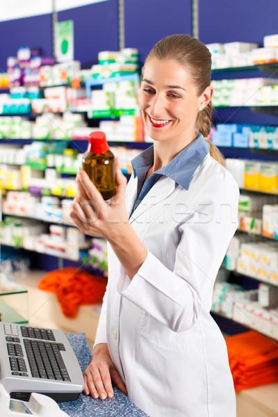 Femenino farmacéutico farmacia pie farmacia detrás Foto stock © Kzenon