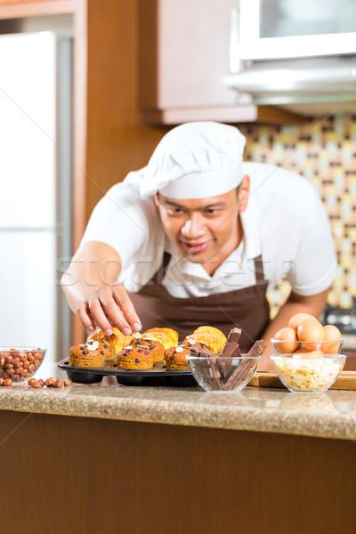 Asya adam ev mutfak Stok fotoğraf © Kzenon
