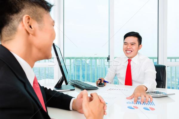 ázsiai bankár pénzügyi beruházás felajánlás ügyfél Stock fotó © Kzenon