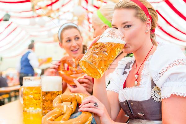 Amis potable bière oktoberfest femmes tente Photo stock © Kzenon
