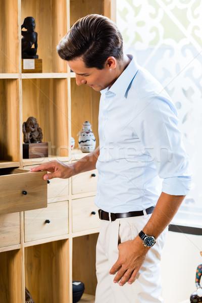 Férfi faliszekrény bútor bolt bemutatóterem otthon Stock fotó © Kzenon