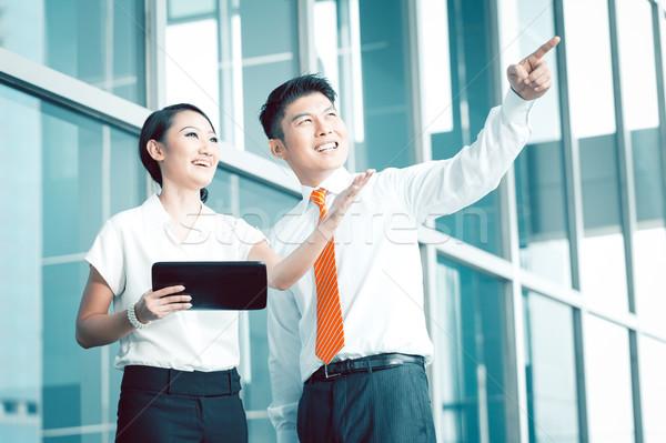 Kínai üzletember magyaráz előrelátás ötlet kolléga Stock fotó © Kzenon