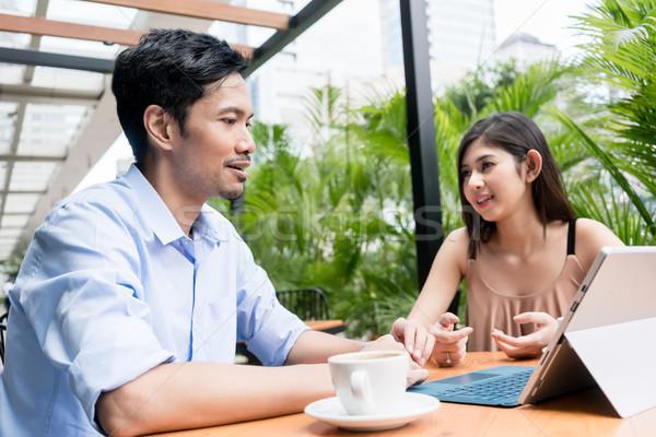 Fiatalember néz online tartalom ül fiatal nő Stock fotó © Kzenon