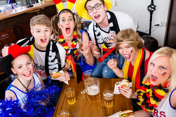 Football fans sport bar regarder jeu Photo stock © Kzenon