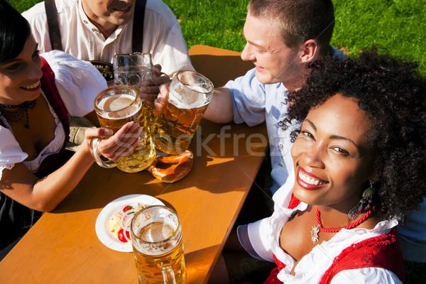 группа четыре друзей пива саду еды Сток-фото © Kzenon