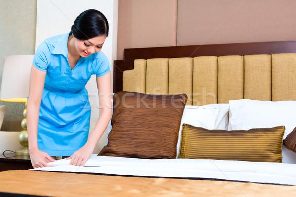 Cama asiático quarto de hotel mulher hotel Foto stock © Kzenon