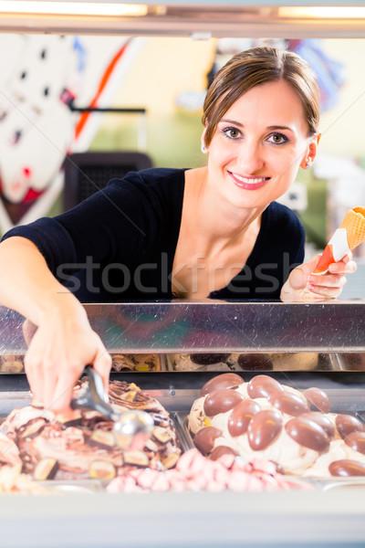 Eladó lány adag merítőkanál fagylalt ostya Stock fotó © Kzenon