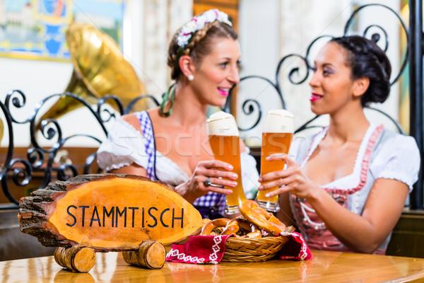 Amigos posada cerveza gafas sesión Foto stock © Kzenon