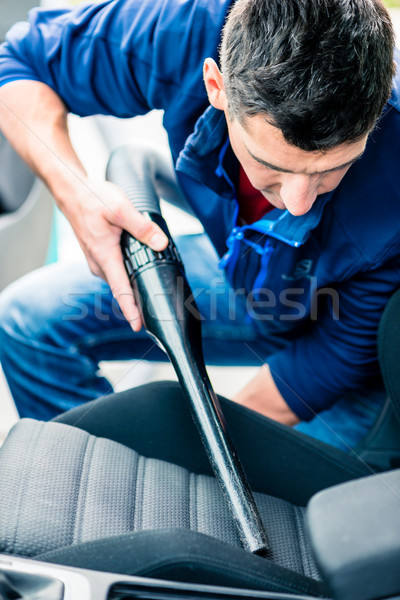 Jonge man vacuüm schoonmaken interieur auto jonge Stockfoto © Kzenon