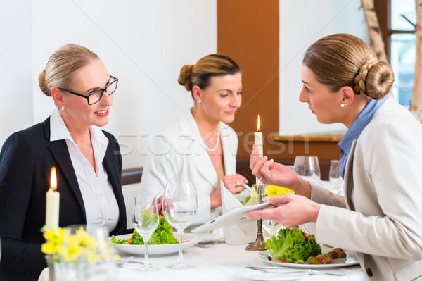 Onderneemsters vergadering business diner lunch restaurant Stockfoto © Kzenon