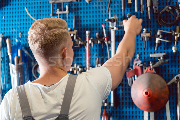 Achteraanzicht man kiezen nuttig tool werk Stockfoto © Kzenon