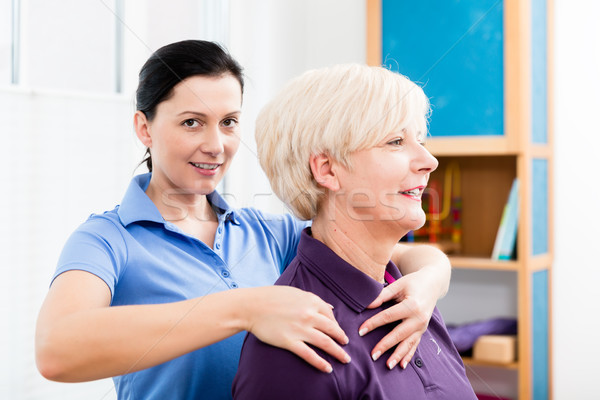 Masseuse nek massage ouder vrouw Stockfoto © Kzenon