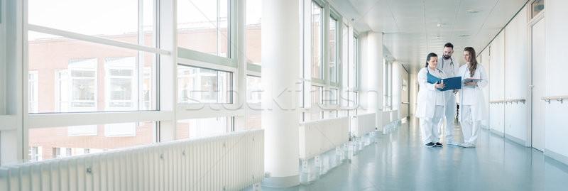 Stock fotó: Három · orvosok · kórház · folyosó · rövid · megbeszélés