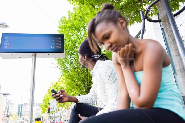 África Pareja espera autobús estación hombre Foto stock © Kzenon
