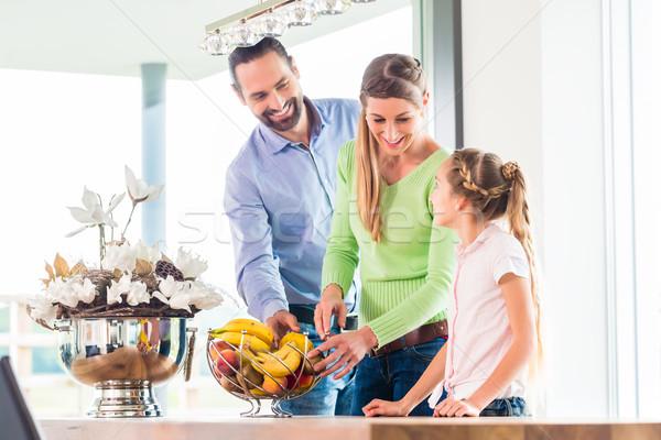 Aile yeme taze meyve sağlıklı yaşam mutfak Stok fotoğraf © Kzenon