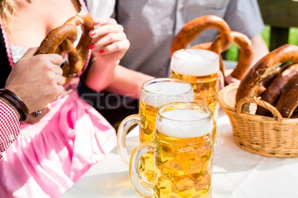 Occhiali birra pretzel giardino primo piano bevande Foto d'archivio © Kzenon