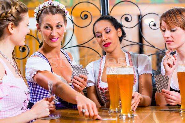 Amigos cartas posada pub potable cerveza Foto stock © Kzenon