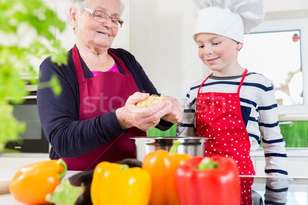 Nagyi főzés együtt unoka boldog család Stock fotó © Kzenon