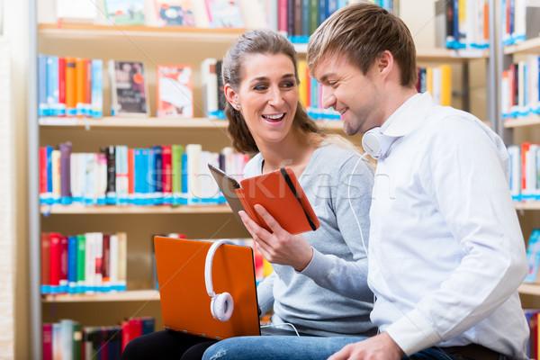Kobieta człowiek czytania ebook biblioteki wraz Zdjęcia stock © Kzenon