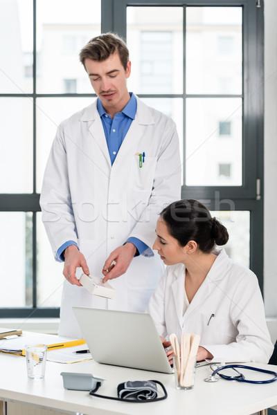 医師 薬剤師 情報 ノートパソコン 現代 病院 ストックフォト © Kzenon