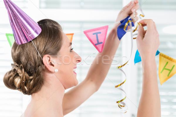 Feliz adulto mulher enforcamento decorações festa de aniversário Foto stock © Kzenon