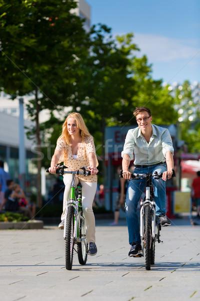 Urbano casal equitação bicicleta tempo livre cidade Foto stock © Kzenon