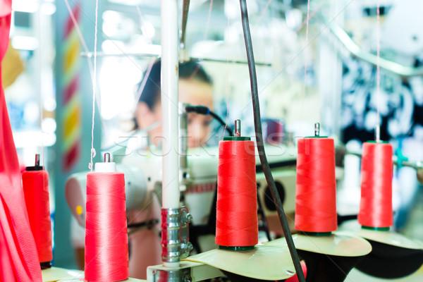 Algodón textiles fábrica industrial la máquina de coser de trabajo Foto stock © Kzenon