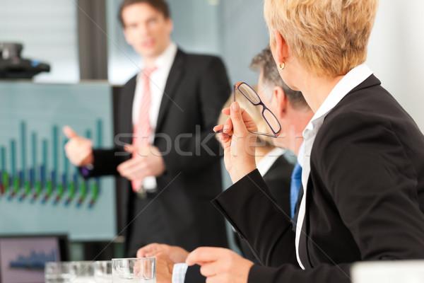 Foto d'archivio: Business · presentazione · squadra · maschio · collega · piedi