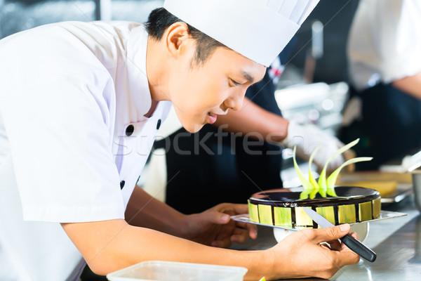 Asian gotowania restauracji widok z boku młodych Zdjęcia stock © Kzenon