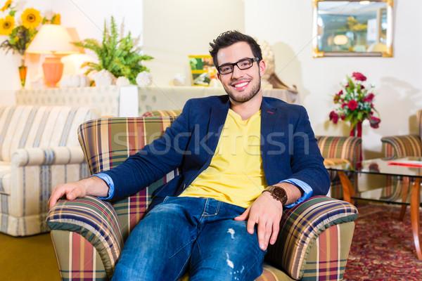 Człowiek zakupu fotel meble sklepu młody człowiek Zdjęcia stock © Kzenon