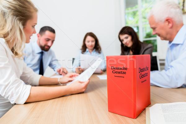 ügyvédek megbeszélés tárgyal megállapodás olvas iratok Stock fotó © Kzenon