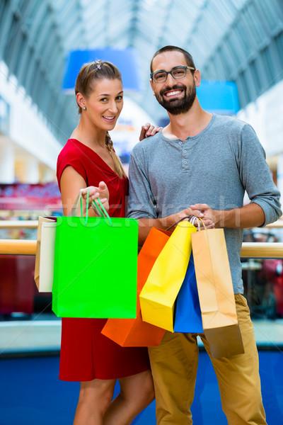 Férfi nő pláza szatyrok pár vásárlás Stock fotó © Kzenon