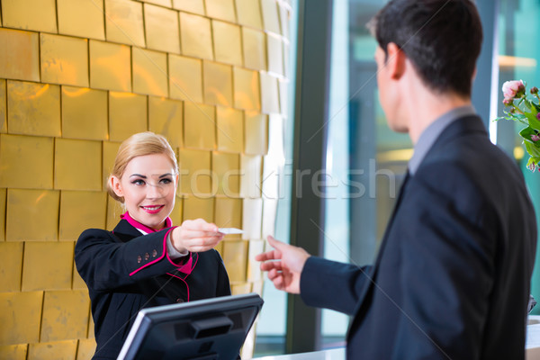 Hotel receptionist controleren man sleutel kaart Stockfoto © Kzenon