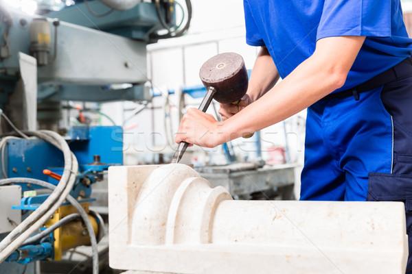 Vrouwelijke pijler vrouw uit steen workshop Stockfoto © Kzenon