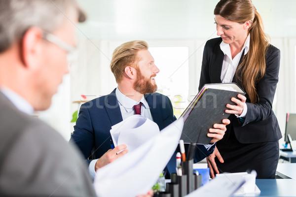 Assistant anneau réunion gestionnaires femme homme Photo stock © Kzenon