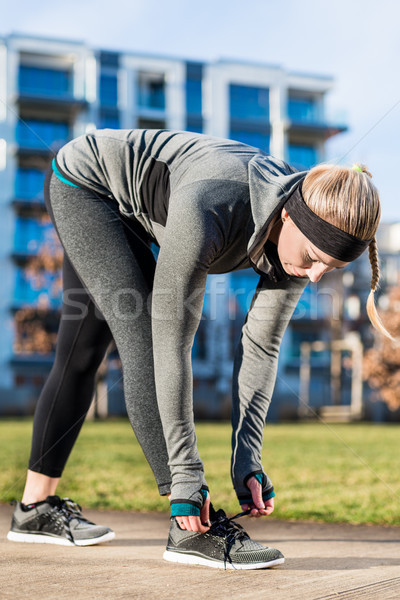 Jonge vrouw schoenveters schoenen trend Stockfoto © Kzenon