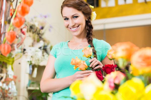 Fleuriste client fleurs magasin regarder caméra Photo stock © Kzenon
