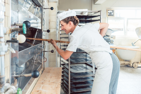 Baker femme pain sur boulangerie four Photo stock © Kzenon