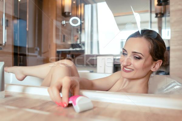 Mulher banho hotel banheira cabelo remoção Foto stock © Kzenon