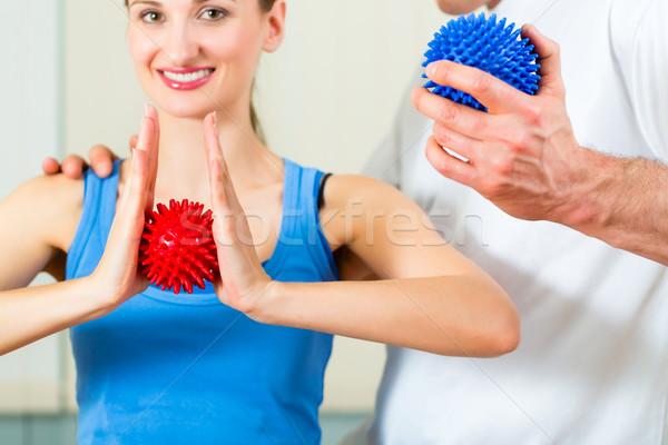 Paziente fisioterapia femminile terapeuta massaggio Foto d'archivio © Kzenon