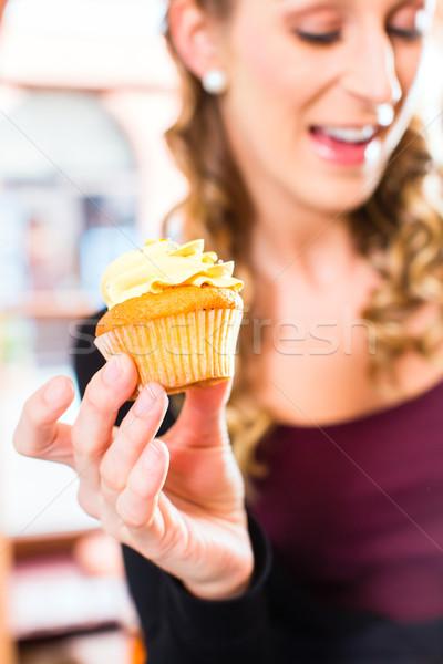 Femme confiserie muffins boulangerie Photo stock © Kzenon