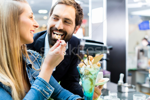 Paar genieten ijs ijscoupe cafe man Stockfoto © Kzenon