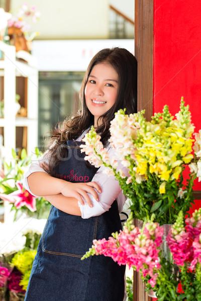 ázsiai elarusítónő virágüzlet barátságos virágárus nő Stock fotó © Kzenon