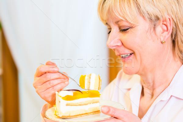 Starszy jedzenie ciasto popołudnie staruszka kobieta Zdjęcia stock © Kzenon