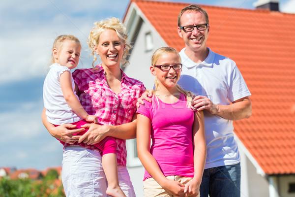 Rodziny stałego dumny domu rodziców dzieci Zdjęcia stock © Kzenon