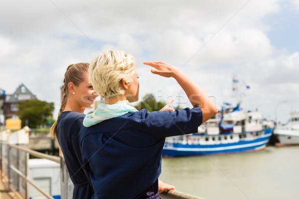 Amici piedi porto pier guardando navi Foto d'archivio © Kzenon