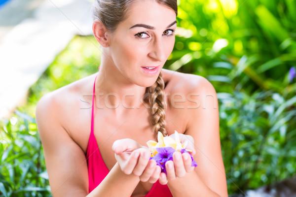 Zdjęcia stock: Kobieta · kwiat · płatki · tropikalnych · ogród · basen