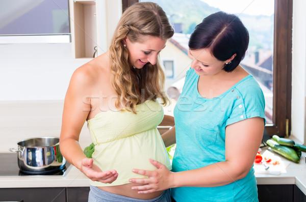 Mulher tocante bebê barriga melhor amigo grávida Foto stock © Kzenon